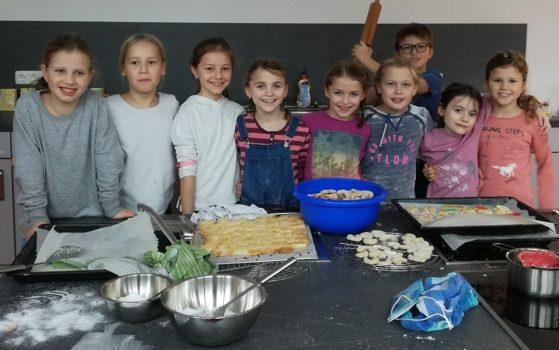 Die Klasse 3c in der Weihnachtsbäckerei