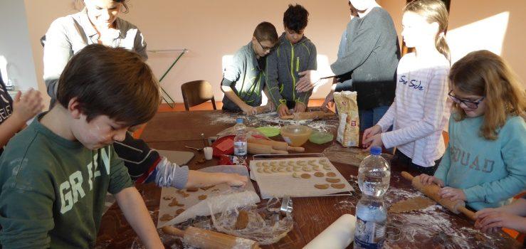 In der Weihnachtsbäckerei bei Klasse 4b