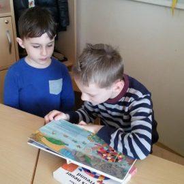 Schulkinder der Klasse 2b lesen im Kindergarten vor