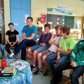 Ivo Knahn – der stellvertretende Chefredakteur der MAIN-POST – zu Besuch in der Klasse 4a