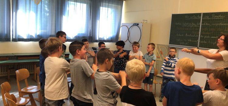 Die Singschule des Windsbacher Knabenchores für Jungen im Grundschulalter zu Besuch in der Grundschule Eisingen