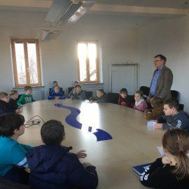Die Klasse 4b beim Unterrichtsgang ins Waldbrunner Rathaus